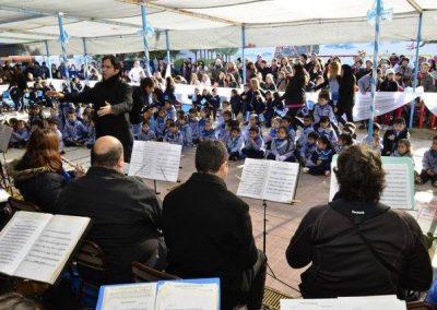 La Banda Municipal junto a los niños del Jardín Giuliani.
