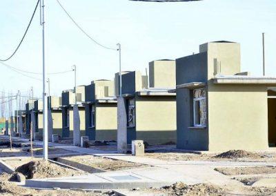 """Adjudicatarios visitaron casa piloto del Barrio """"Molina Campos"""" en Rivadavia."""