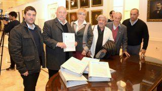 Entrega de peticiones en la Legislatura